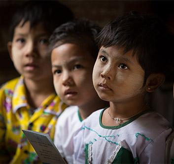 Les filles de la classe au Myanmar